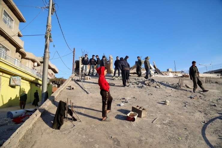 FOTO: Na stotine žrtev uničujočega potresa v Iranu in Iraku