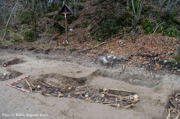 Partizanski pokol Romov pri Ljubljani: izkopali so ostanke 53 ljudi, med žrtvami tudi otroci