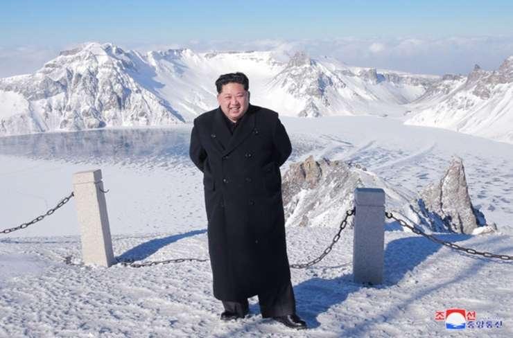 Več let je diktator sosedi grozil z jedrskim orožjem, zdaj jo nenadoma hvali