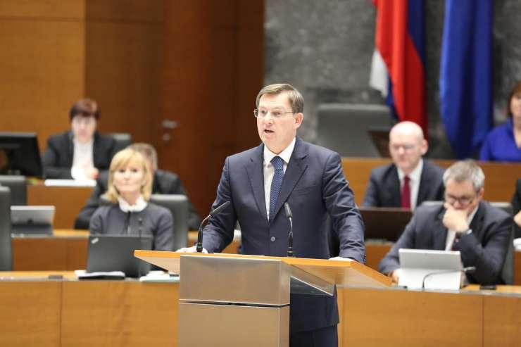"""Cerar poslance poziva, naj zavrnejo politiko, ki """"degradira slovensko politično prizorišče"""""""