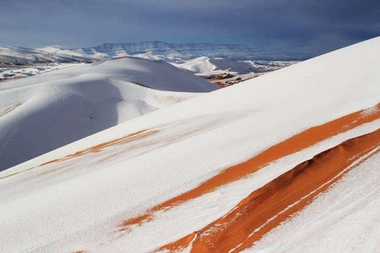 Otroci v Sahari so se lahko kepali: v puščavi je zapadlo 40 cm snega