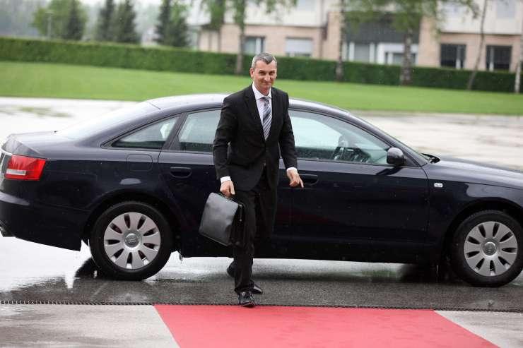 Razkrivamo: Vladni šoferji so v službenih vozilih v službo in domov prevažali tudi ministre prejšnjih vlad