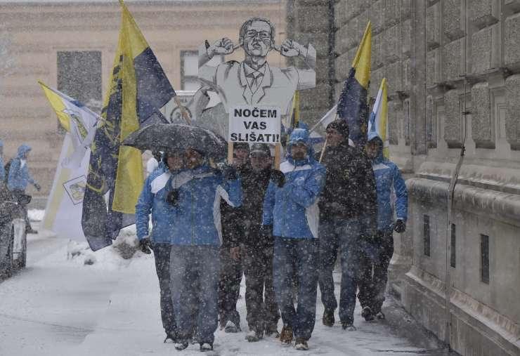 Stavkajoči policisti vladi: Cerar nas noče slišati, mi ne bomo poslušali njega!