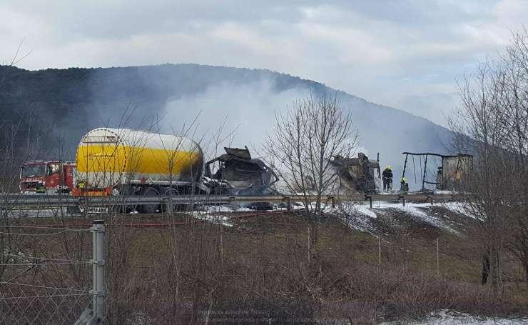 Na primorski avtocesti trčili štirje tovornjaki, v goreči cisterni umrl voznik