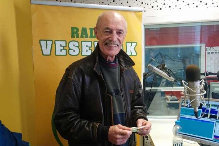 Tadej Hrušovar v studiu Radia Veseljak.