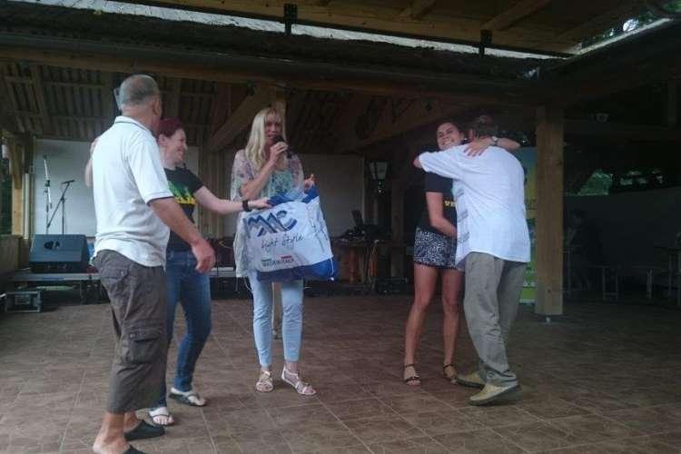 Zmagal je Janjin kandidat in dobil najnovejšo majico radia Veseljak.