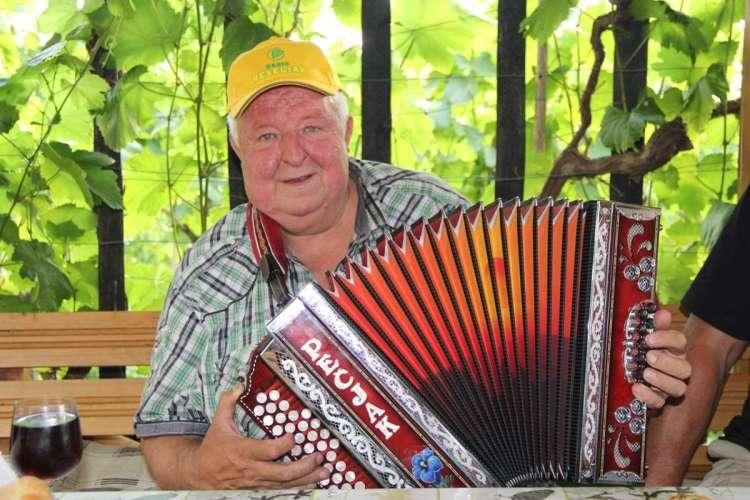 Veljal je za veselega muzikanta, poleg tega je vedno rad poprijel za harmoniko.