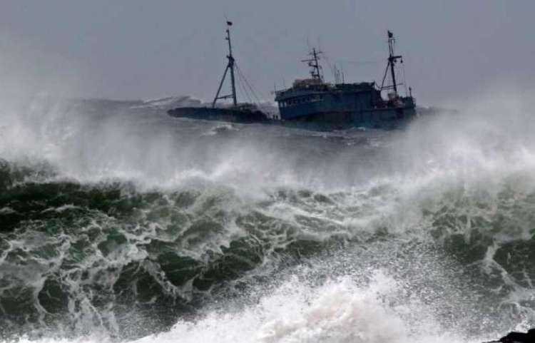 Ribiška ladja, barka, morje, ocean, valovi