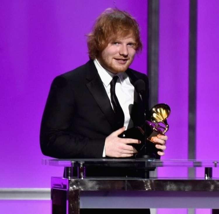 Ed Sheeran ob prejetju grammyja.
