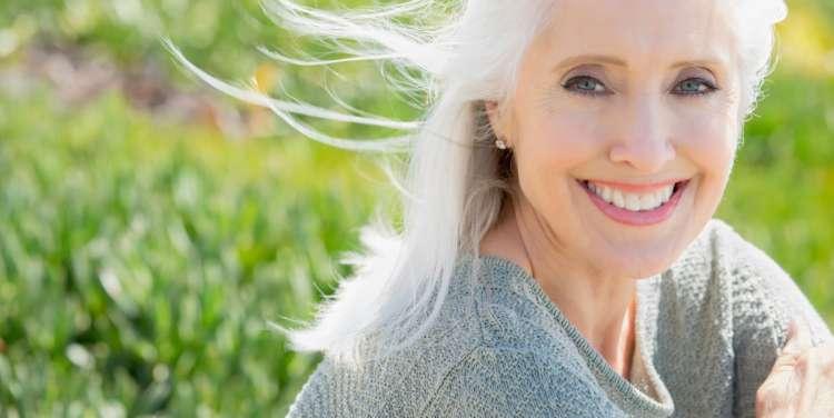 Starejša ženska, alergija, cvetni prah, narava, travnik, zdravje, nasmeh
