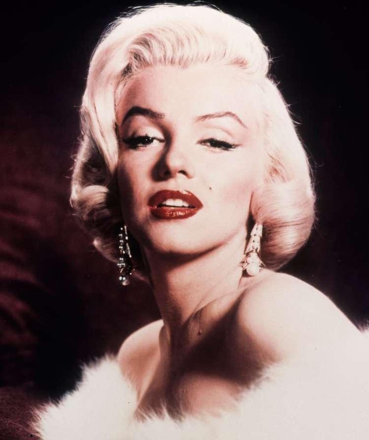 Marilyn Monroe so našli mrtvo v njenem stanovanju v zgodnjih jutranjih urah.