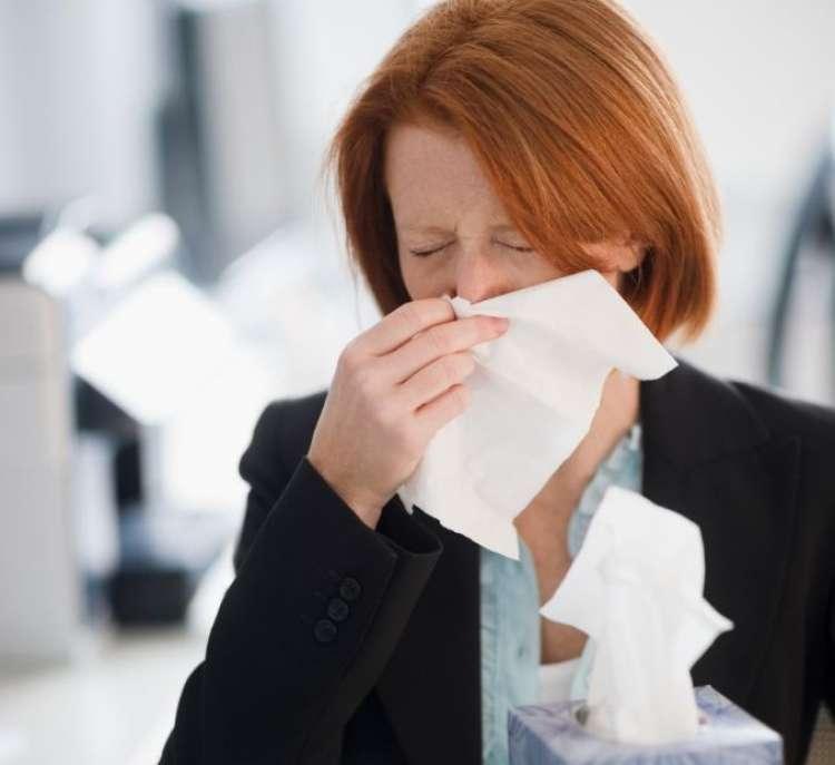 gripa prehlad ženska rdečelaska smrkanje