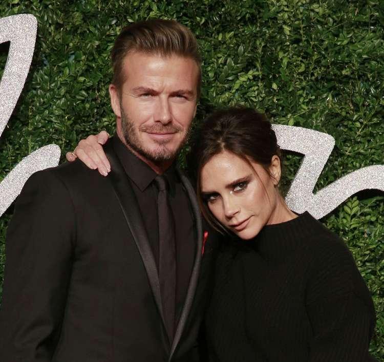 Tisti blizu modne oblikovalke pravijo, da je zelo jezna na zakonca Beckham.