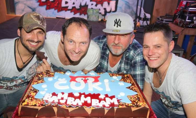 Člane skupine kmalu čaka upih rojstnodnevnih svečk na torti.