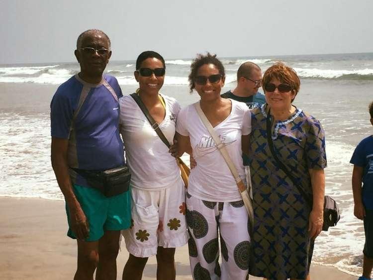 Irena s sestro in starši na plaži Labadi.