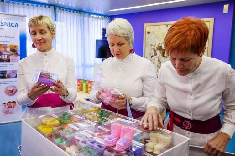 Katarina Strosar (na desni) in druge članice aktiva predstavljajo copatke