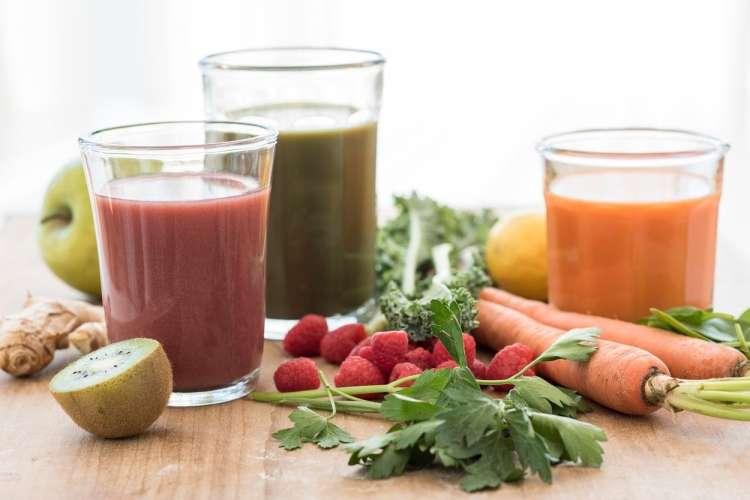 Postenje s sadnimi in zelenjavnimi sokovi je zelo zdravilno.