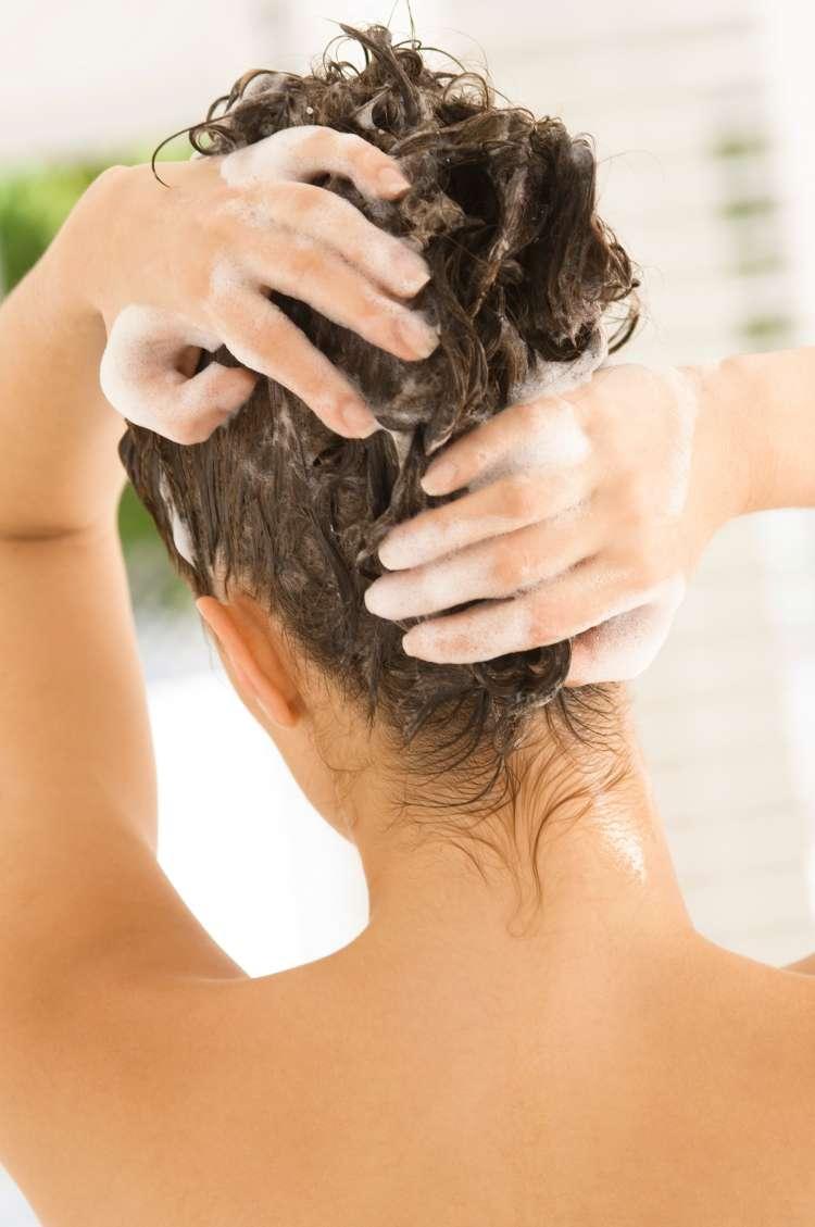 Čebulno masko si iz lasišča temeljito sperite s šamponom.