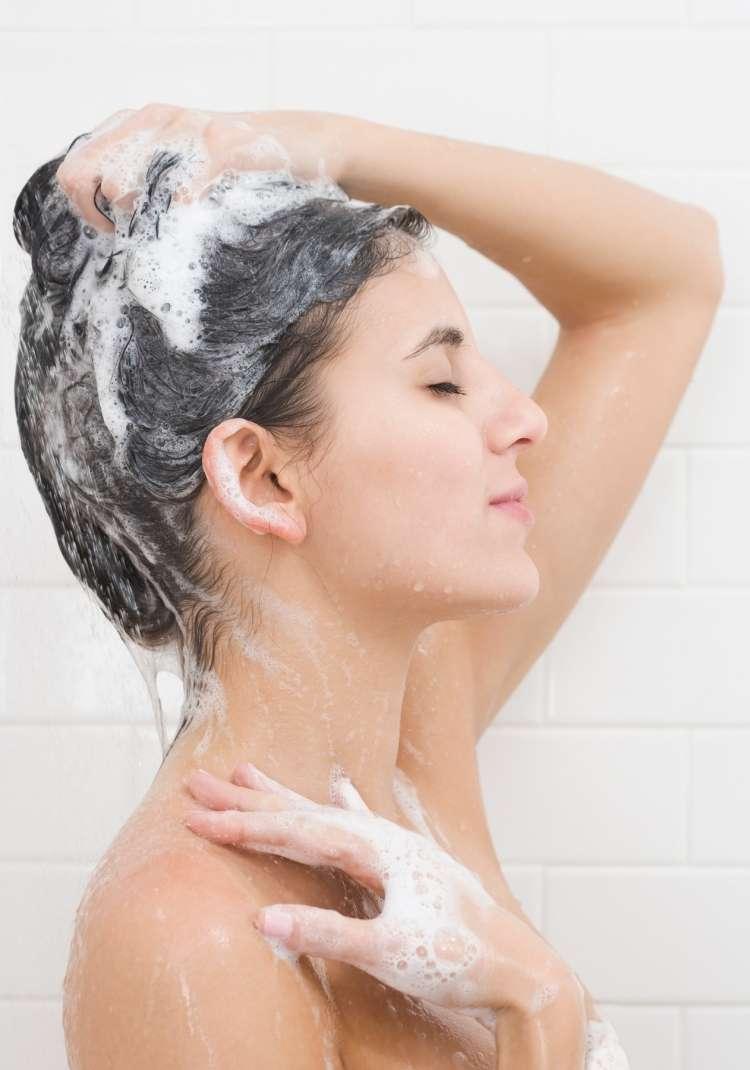 Imate mastne lase? Šamponu primešajte sol.