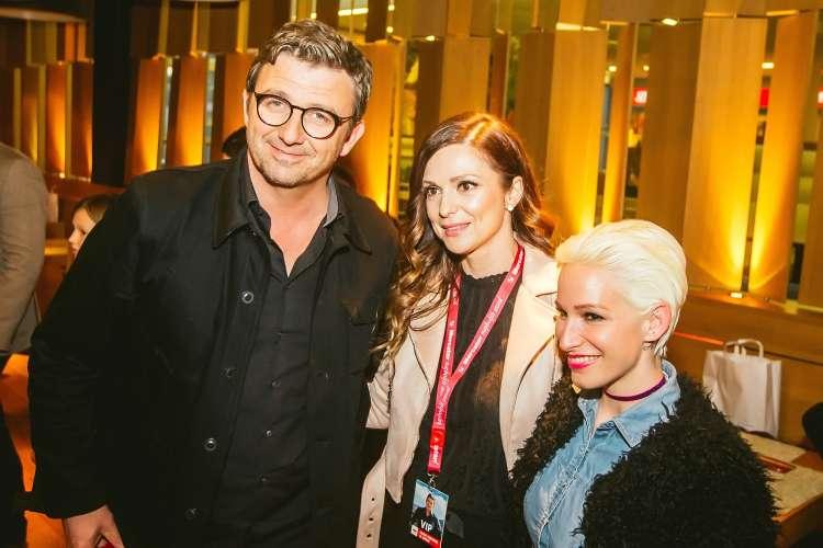 Natalija in Alya v družbi ''zdravnika Gruberja''.