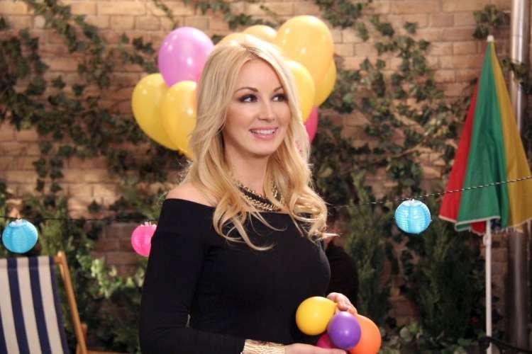 Saška Lendero je zaigrala v humoristični seriji Dragi sosedje.