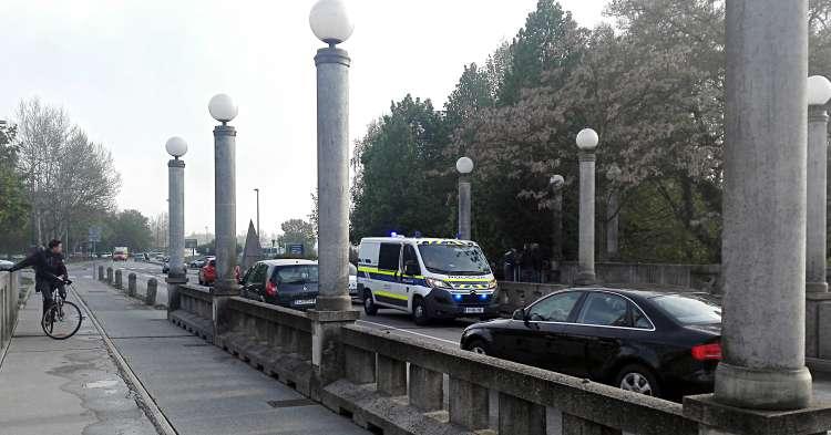 Policija je žensko pospremila v svoje vozilo, kjer je počakala na rešilca