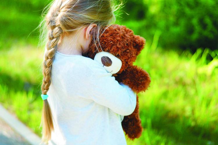 Razmislite, kdo bi še lahko bil otrokova zaupna oseba, morda kdo od starih staršev, prijateljev, vzgojiteljic ali pa poiščete strokovno pomoč.