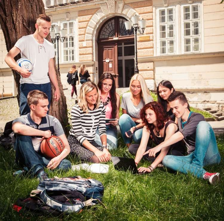 Roška poleg razgibanega šolskega programa ponuja tudi veliko možnosti za obšolske dejavnosti.