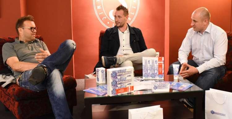 Srečna izžrebanca Gregor in Nejc med pogovorom z magistrom farmacije Janezom Erčuljem.