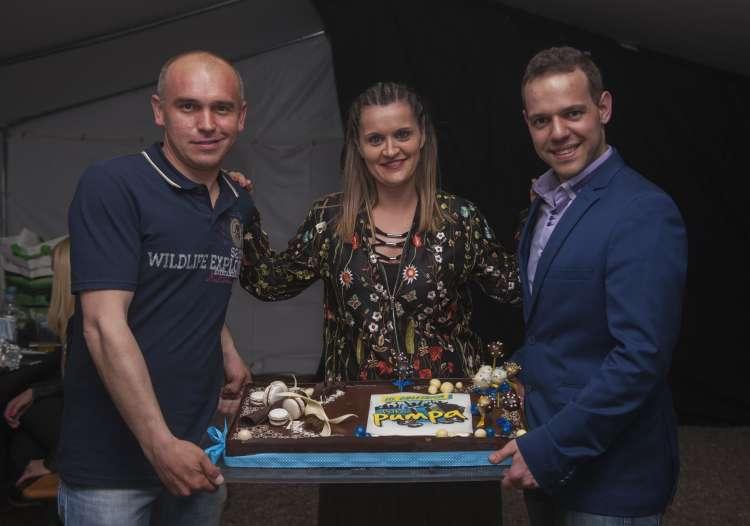Jubilejno torto so razrezali voditelji Petkove Pumpe DJ Boštjan, Nina Cestnik Pavlič in DJ Johny. Mitja Grajzar je nanjo čakal v radijskem studiu.