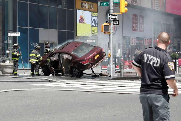 Times Square, New York, avtomobil med pešce, policija, gasilci, reševalci