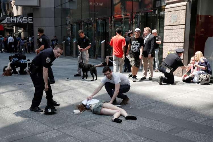 Times Square, New York, avtomobil med pešce, reševalci, policija, ranjeni