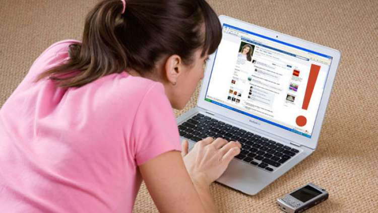 woman-facebook