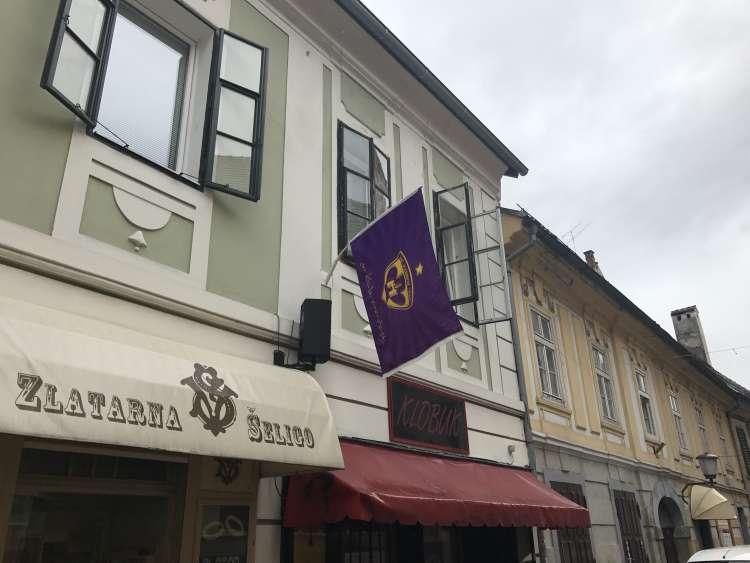 Poštna ulica, nogomet, zastava