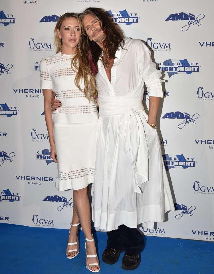 Komu bela obleka bolje pristoji?