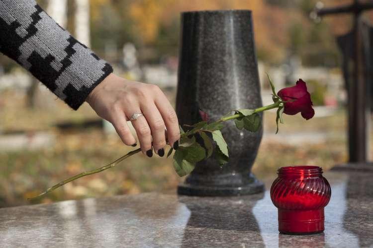 grob, roža, smrt, žalovanje, sveča