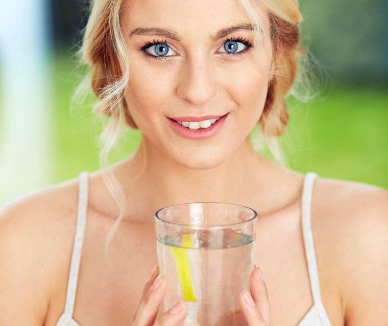 Preverite, kateri znaki nakazujejo na to, da bi morali piti več vode.