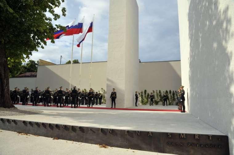 spomenik-vsem-zrtvam-vojn-otvoritev_bobo5