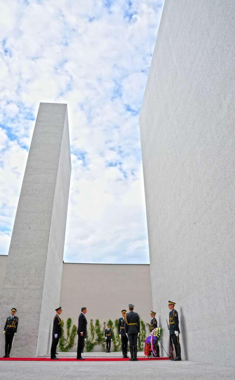 spomenik-vsem-zrtvam-vojn-otvoritev_bobo6
