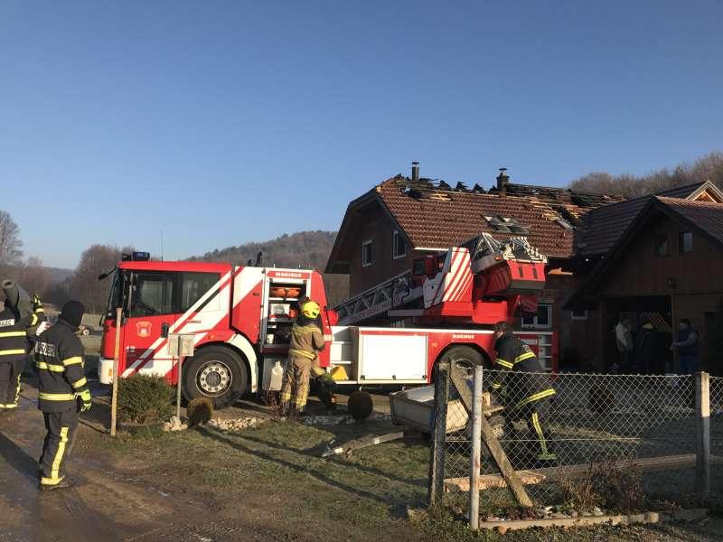 FOTO: V eni noči je na isti hiši gorelo kar dvakrat