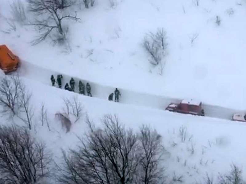 VIDEO in FOTO: Kako so se reševalci le s težavo prebili do hotela