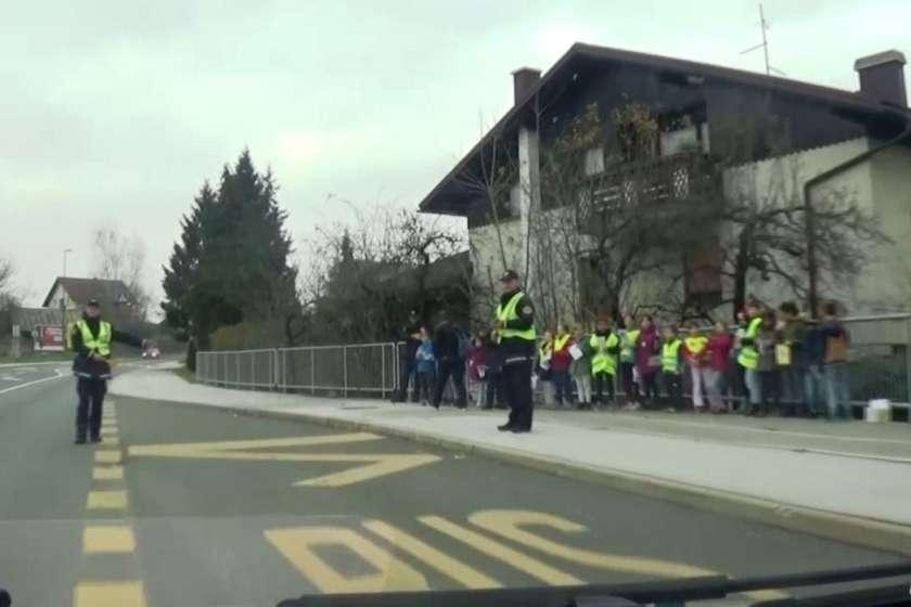 VIDEO: Učenci s policijo ustavljali voznike