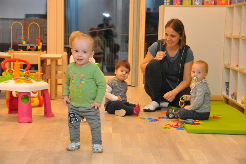 FOTO: Otroci prvič v novem vrtcu v Bršljinu