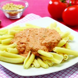 Makaroni z rdečim sicilijanskim pestom