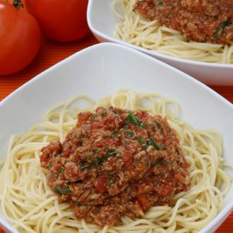 Špageti z rdečo omako iz tunine