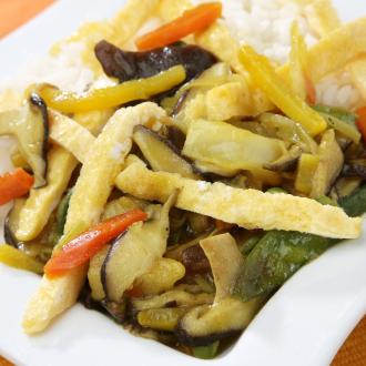 Riž z gobami in zelenjavo v voku