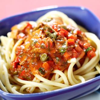 Bucatini Marilena - luknjasti špageti v pikantni omaki z gobami, tunino in kaprami