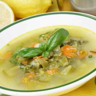 Mlačna zelenjavna juha z limono