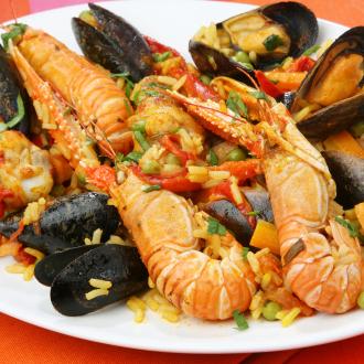 Paella z okusi kopnega in morja