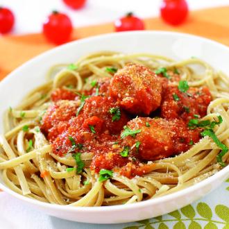 Polnozrnati rezanci s piščančjimi kroglicami v paradižnikovi omaki